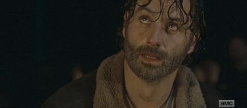 Rick disperato guarda Negan, sperando di morire per salvare suo figlio Nick.