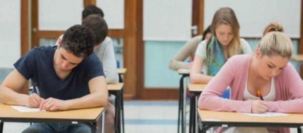 Alumnos rindiendo examen para entrar a la universidad