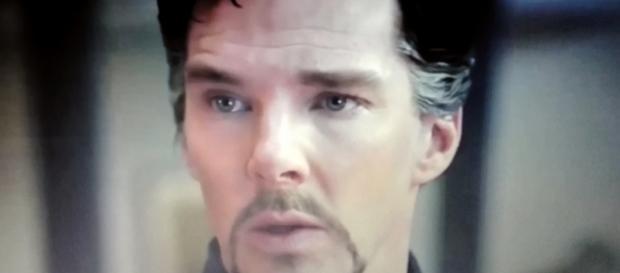 Benedict Cumberbatch in una scena del film Doctor Strange, dal 26 ottobre al cinema