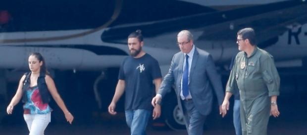 Eduardo Cunha sendo acompanhado por agentes da PF