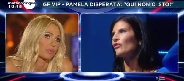 Ilary Blasi durante un confronto con Pamela Prati