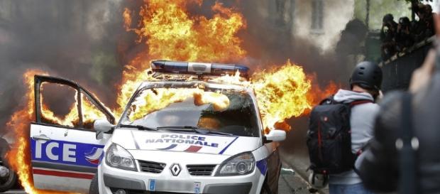 Manifestation à Paris: une voiture de police incendiée - parismatch.com