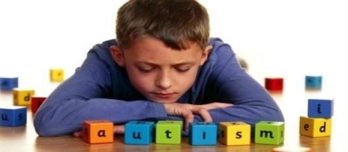 Immagine simbolica di un bimbo affetto da autismo