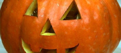 Una zucca di Halloween, quale compare sulla scena del delitto nel romanzo.