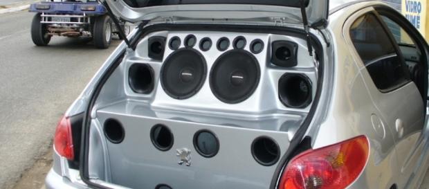 A infração é considerada grave, independente do volume e da frequência do som