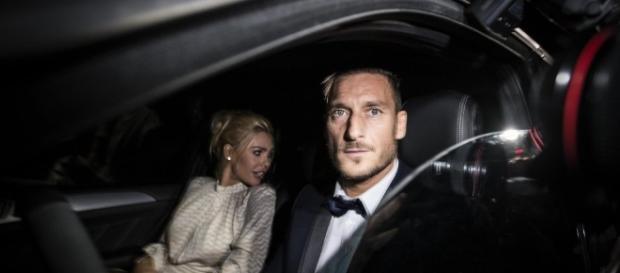 Francesco Totti, in macchina con la moglie ilary Blasi.