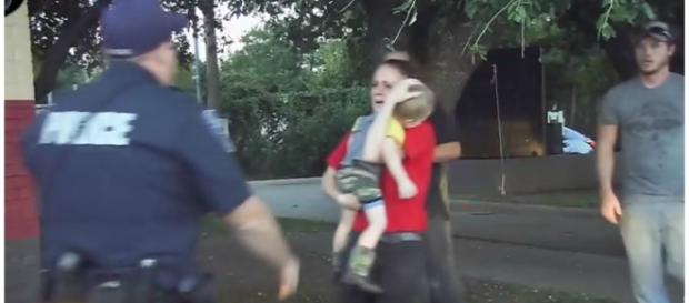 Mãe estava desesperando, com o filho no colo