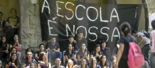 Já são mais de mil escolas ocupadas pelo Brasil contra os projetos do governo federal.