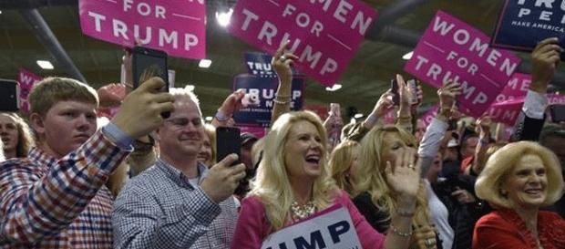 Donald Trump conserve des admiratrices (sincères ou figurantes), mais les électrices votent surtout pour Hillary Clinton