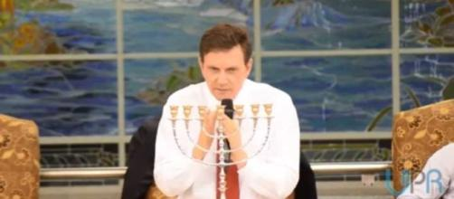 Marcelo Crivella pregando na Igreja Universal