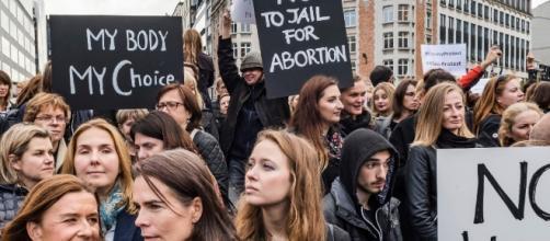 Mujeres en Polonia hacen huelga contra veto al aborto - La Jornada - unam.mx