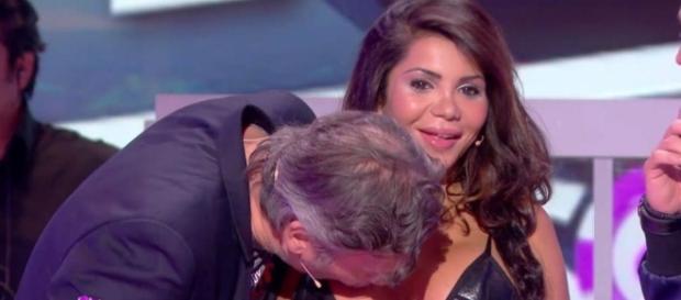 El momento en que Jean-Michel Maire besa el escote de Soraya Riffy ante el asombro de ella.