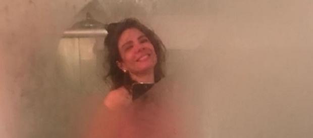 Luciana Gimenez posta para foto em seu banheiro.