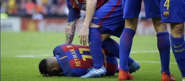Neymar foi atingido por garrafa atirada pela torcida do Valencia