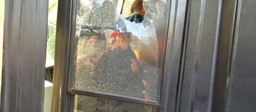 Il finestrino sfondato con un sasso questa mattina