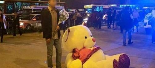 Joven espera a su enamorada con un enorme peluche pero ella no apareció. (Foto: Facebook)
