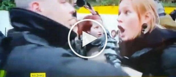 Feministki atakują funkcjonariuszy policji.