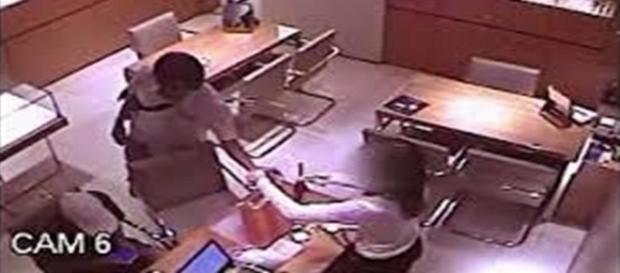 Nas imagens gravadas pelas câmeras de segurança de uma joalheria os bandidos aparecem levando uma quantidade enorme de jóias