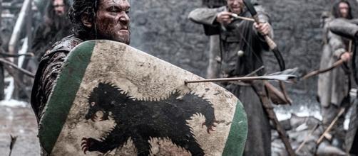 Kit Harington en pleine action au cours d'un tournage de Game of Thrones
