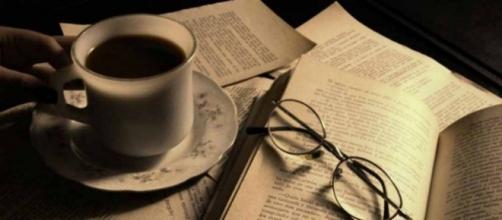 Uma chávena de chá e um livro são o melhor para uma tarde de chuva