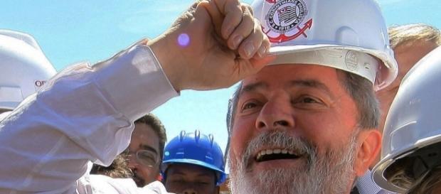 Ex-presidente Lula em visita às obras de construção da Arena Corinthians