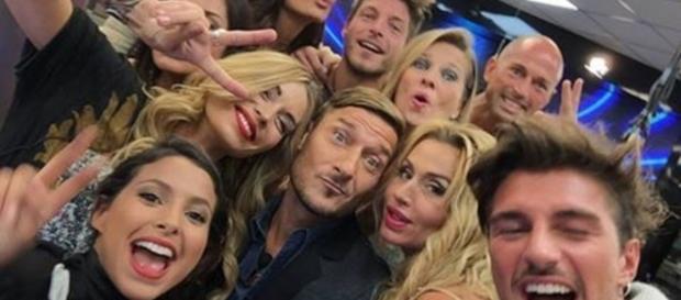 Il selfie di Francesco Totti con i concorrenti del GF Vip