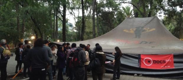 La jaima ubicada en el Parque España; el cine en la calle.