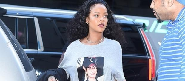Rihanna vestiu uma camiseta com a foto de Hillary Clinton (Foto: Grosby Group)