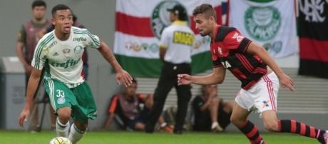 Gabriel Jesus domina a bola na conturbada partida em Brasília (DF)