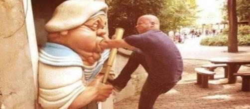 Pessoas que não perdoaram nem as estátuas, para criar fotos com bastante humor
