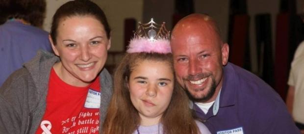 Bethany Thompson, 11 anni con i suoi genitori.