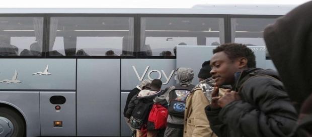 I migranti lasciano il centro profughi di Calais