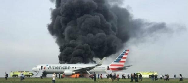 Immagine dell'aereo avvolto dal fumo e dalle fiamme