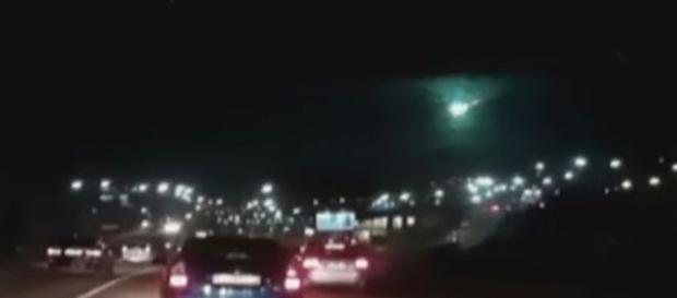 Intenso brilho verde foi notado por diversos habitantes da Artyomovsk (CEN)