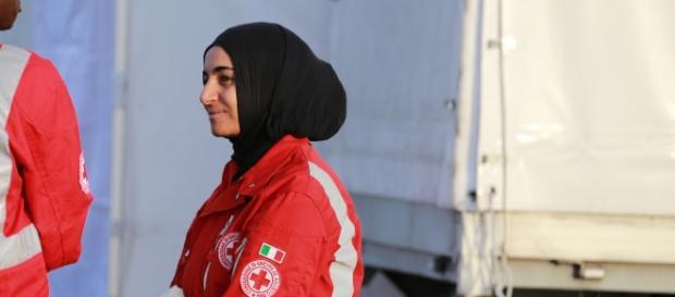Muslima mit Kopftuch als Sanitäterin, Foto von metropolioco.org
