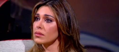 Belen Rodriguez piange intervistata da Maurizio Costanzo