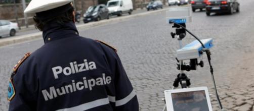 Postazione autovelox e 4 vigili investiti, arrestato 49enne a Torino.
