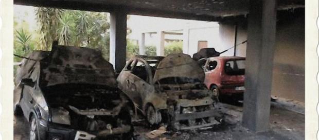 Le auto erano parcheggiate sotto la palazzina di via Pertusola.