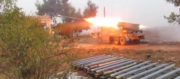 Missili Grad lanciati dai ribelli contro le postazioni dell'esercito siriano