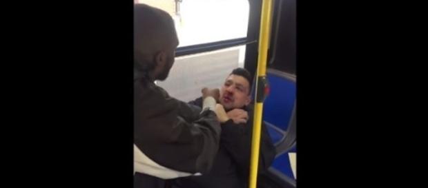 Na imagem o homem aparece contendo e dando uma lição no agressor.