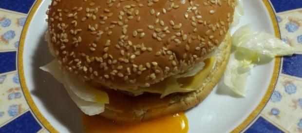 Panino con hamburger all'occhio di bue