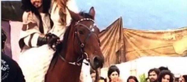 Rune e Livana chegam a cavalo no casamento.