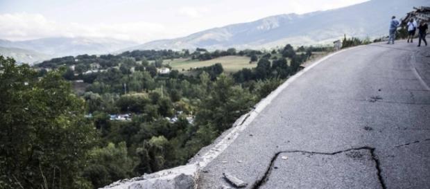 Terremoto, crepe nell'asfalto e strade dissestate dal sisma ... - repubblica.it