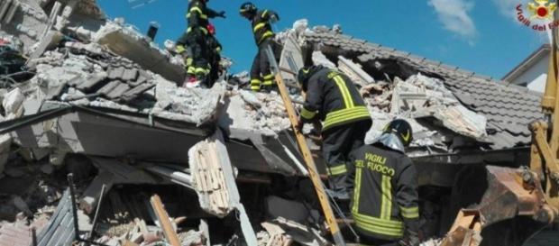 Vigili del Fuoco in azione durante il sisma che ha colpito il centro Italia ad Agosto.