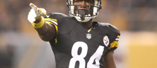 Antonio Brown celebrates 71-yard TD by running full-speed into the ... - usatoday.com