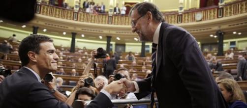 Este cruze de manos no se va a volver a repetir entre Mariano Rajoy y Pedro Sánchez, al abandonar el ex-líder socialista su acta como diputado