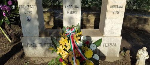 La corona di fiori posta al monumento dei caduti