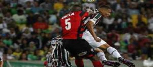 Richarlison briga por posse de bola em empate do Flu na volta ao Maracanã (Foto: Nelson Perez/Divulgação FFC)