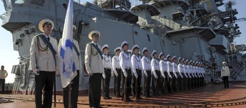 Tripulação do cruzador de mísseis pesado russo Pyotr Veliky, quando o navio estava no porto de Tartus na Síria