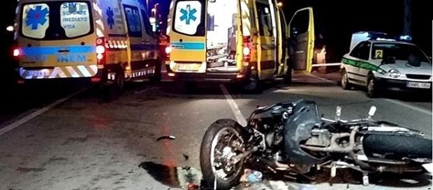 Acidente envolveu um automóvel e um motociclo no qual viajava o casal de namorados
